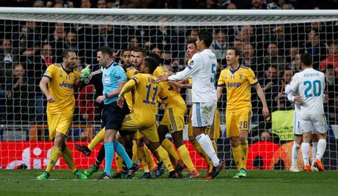 Thảm họa trọng tài ở Champions League - Ảnh 1.