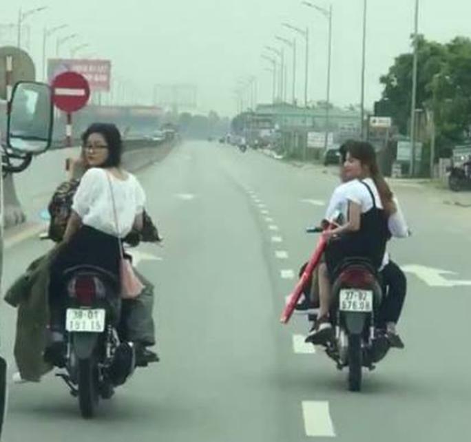 Bị triệu tập, 2 thanh niên khai nhận lý do chạy xe máy hàng ngang đánh võng trên QL1A - Ảnh 2.