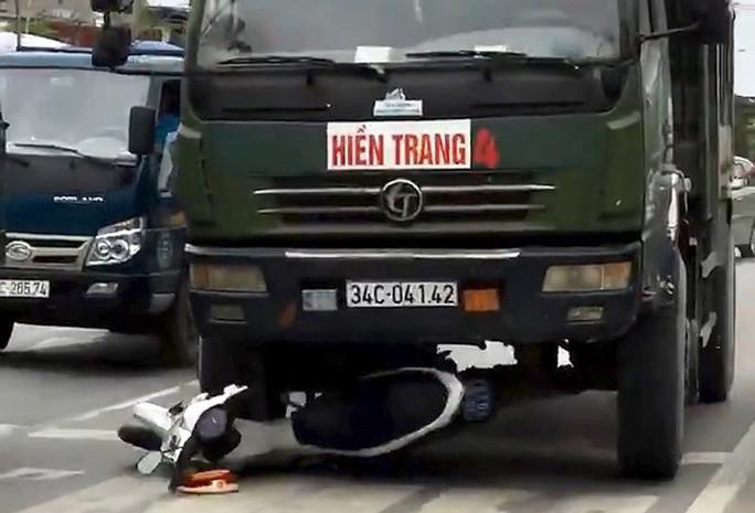 Cảnh sát phải đánh đu trên đầu xe tải - Ảnh 2.