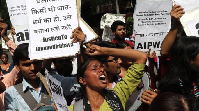 Ấn Độ: Chia rẽ vì vụ cưỡng hiếp tập thể bé gái 8 tuổi - Ảnh 2.