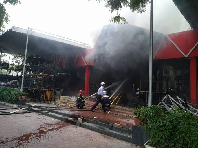 Cháy lớn quán bar, lực lượng chữa cháy dùng búa phá cửa - Ảnh 2.