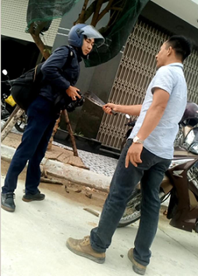 Bình Định: Xem xét khởi tố kẻ cầm dao dọa giết phóng viên - Ảnh 1.