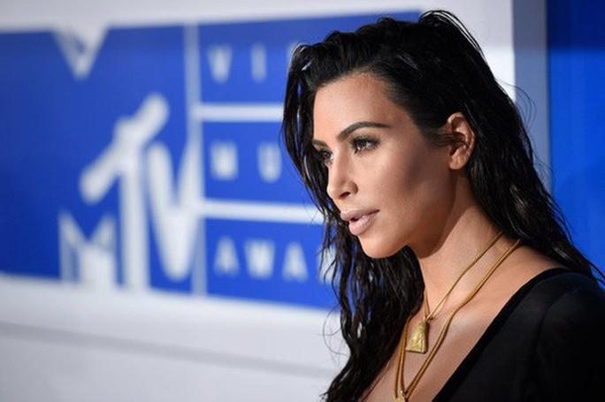 Pháp buộc tội nghi phạm 11 trong vụ cướp Kim Kardashian - Ảnh 1.