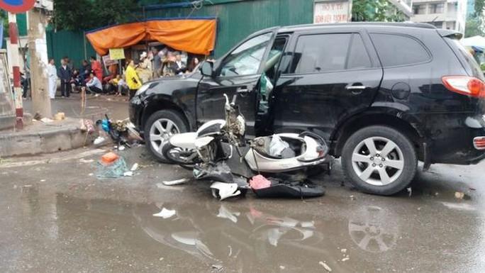 Xe 7 chỗ SantaFe bỗng nổi điên gây tai nạn liên hoàn,  6 người nhập viện - Ảnh 1.