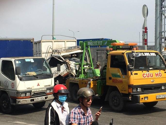 Xe tải tông liên hoàn tại cabin trạm thu phí BOT cầu Đồng Nai - Ảnh 2.