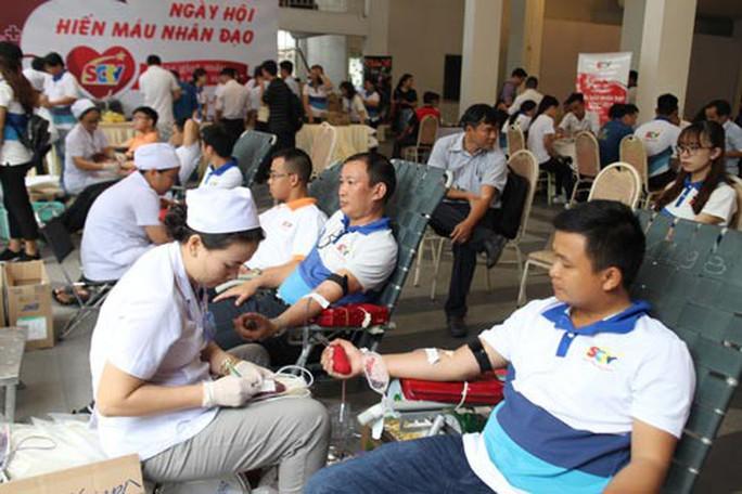 Gần 500 người tham gia Ngày hội hiến máu - Ảnh 1.