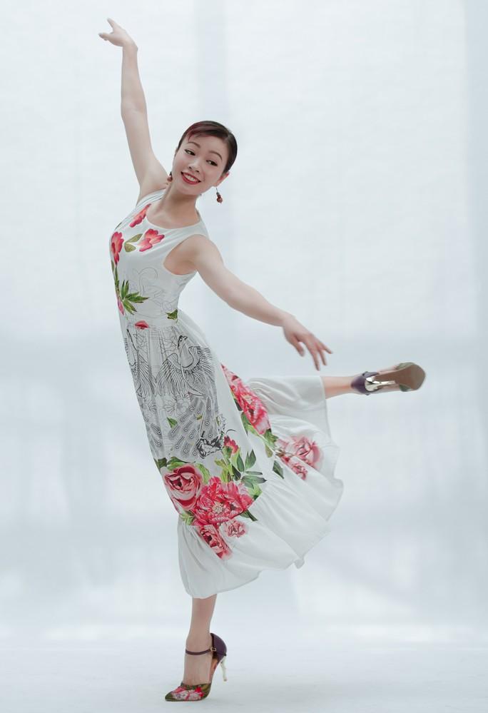 Vũ điệu tranh Đông Hồ trên thời trang - Ảnh 7.
