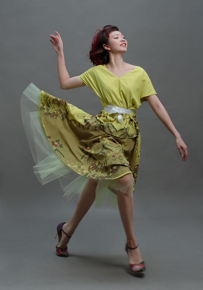 Vũ điệu tranh Đông Hồ trên thời trang - Ảnh 1.