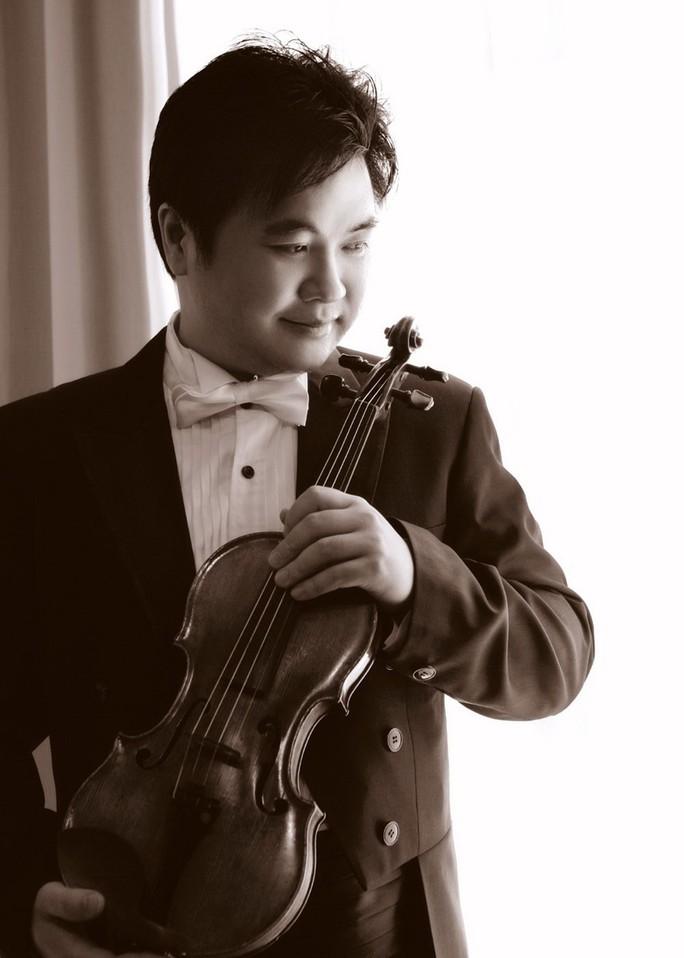Nghệ sĩ violin Trần Hữu Quốc tái ngộ khán giả quê nhà - Ảnh 1.