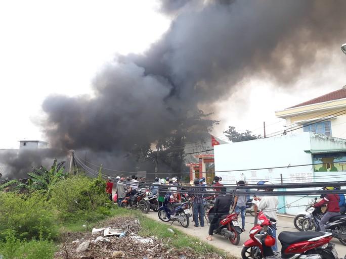 Cháy bãi phế liệu kế bên trường học, sơ tán hơn 500 học sinh - Ảnh 2.