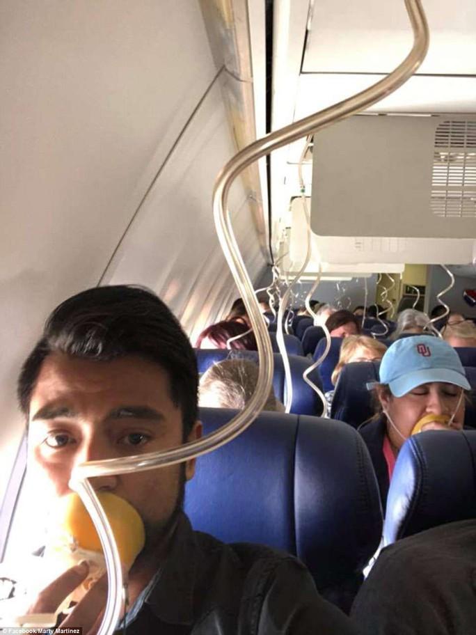 Mỹ: Máy bay nổ động cơ, hành khách cứu 1 phụ nữ suýt văng khỏi cửa sổ - Ảnh 3.