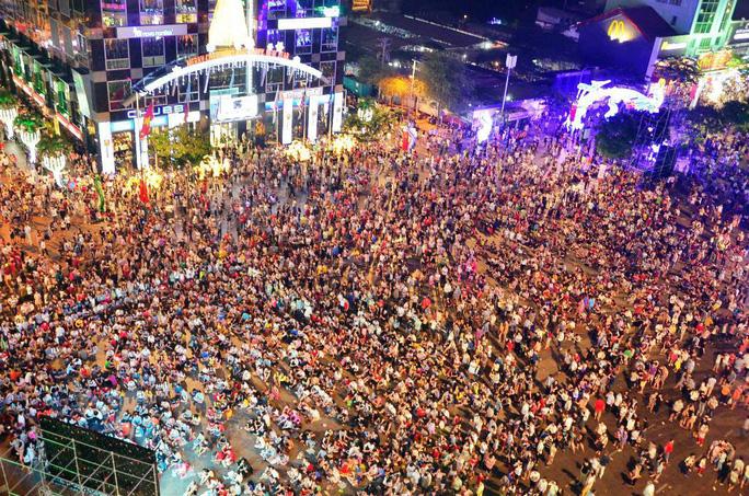 Cấm xe vào đường Nguyễn Huệ đêm 30-4 - Ảnh 1.