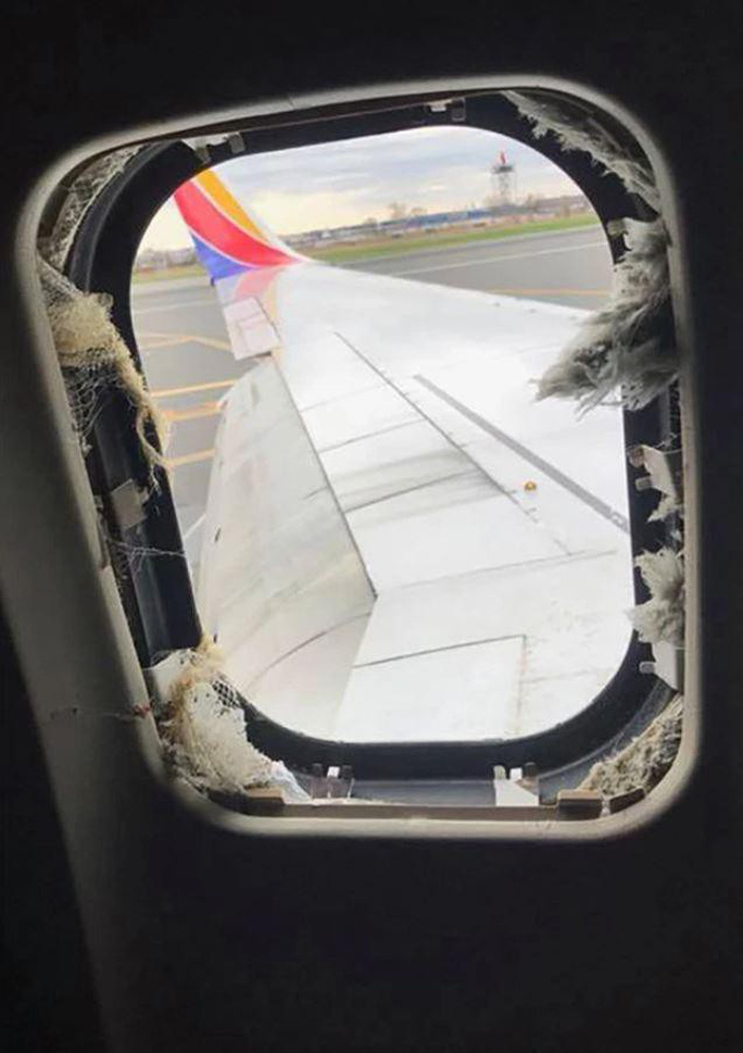Máy bay Mỹ nổ động cơ: Tại sao hành khách bị hút khỏi máy bay? - Ảnh 2.