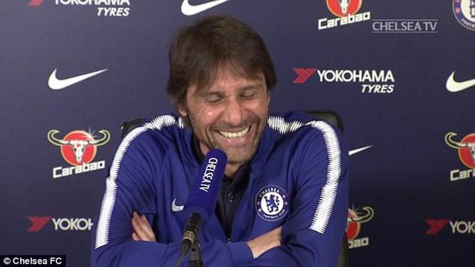 Conte đỏ mặt khi bị vợ cắt ngang buổi họp báo - Ảnh 1.