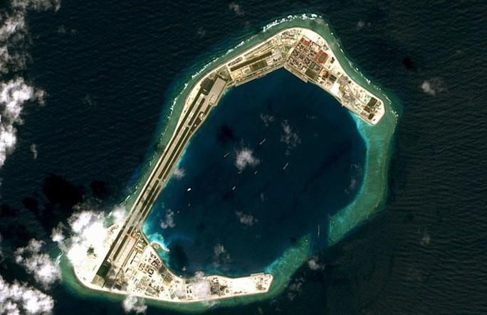 Phản đối máy bay quân sự Trung Quốc hạ cánh xuống đá Vành Khăn - Ảnh 2.