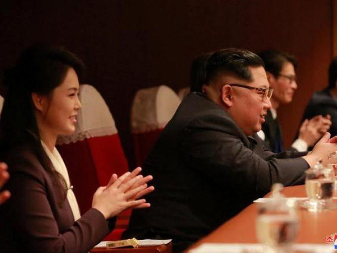Vợ chồng ông Kim Jong-un vỗ tay tán thưởng nghệ sĩ Hàn Quốc - Ảnh 3.