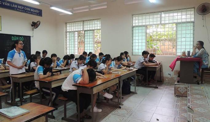 Khiển trách hiệu trưởng trường xảy ra vụ cô giáo im lặng - Ảnh 1.