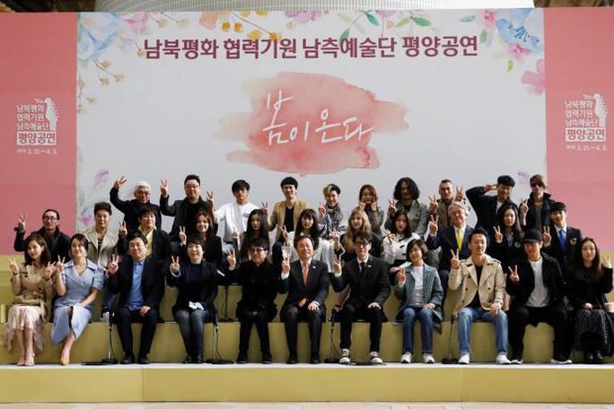 Vợ chồng ông Kim Jong-un vỗ tay tán thưởng nghệ sĩ Hàn Quốc - Ảnh 1.
