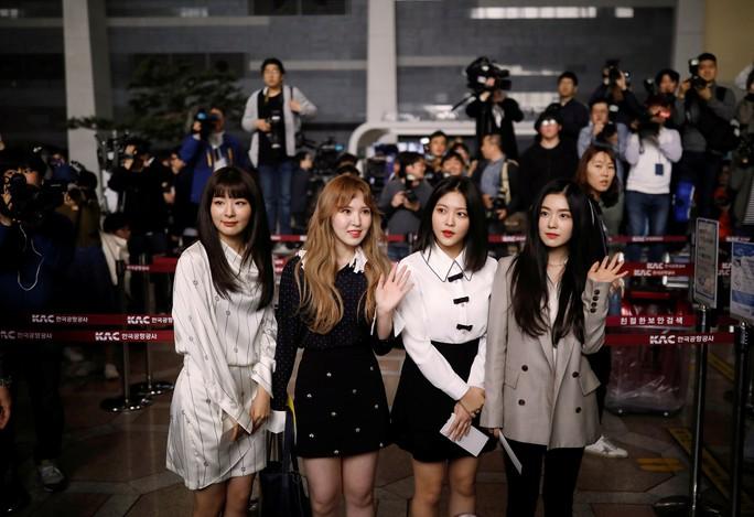 Vợ chồng ông Kim Jong-un vỗ tay tán thưởng nghệ sĩ Hàn Quốc - Ảnh 5.
