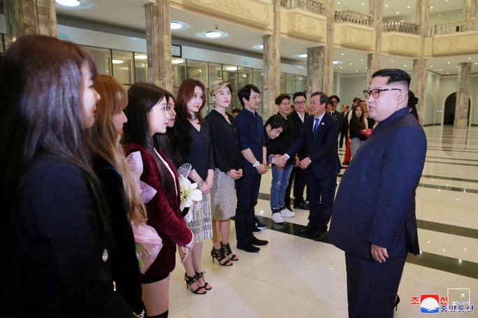 Vợ chồng ông Kim Jong-un vỗ tay tán thưởng nghệ sĩ Hàn Quốc - Ảnh 2.