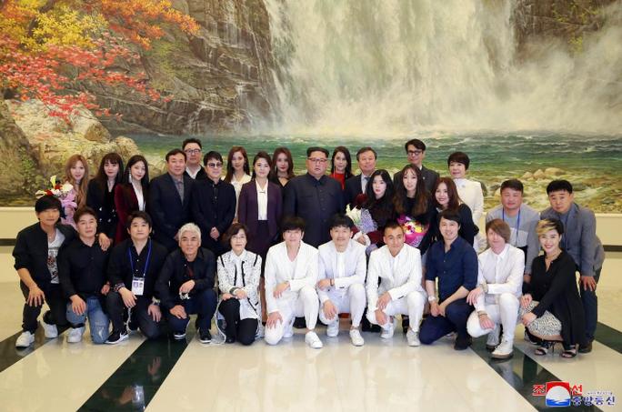 Vợ chồng ông Kim Jong-un vỗ tay tán thưởng nghệ sĩ Hàn Quốc - Ảnh 4.