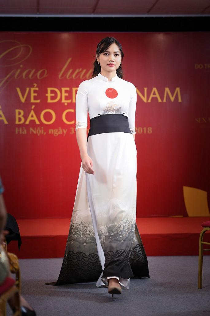 Giới thiệu áo dài Việt Nam in quốc kỳ 42 nước tại LHP Cannes - Ảnh 8.