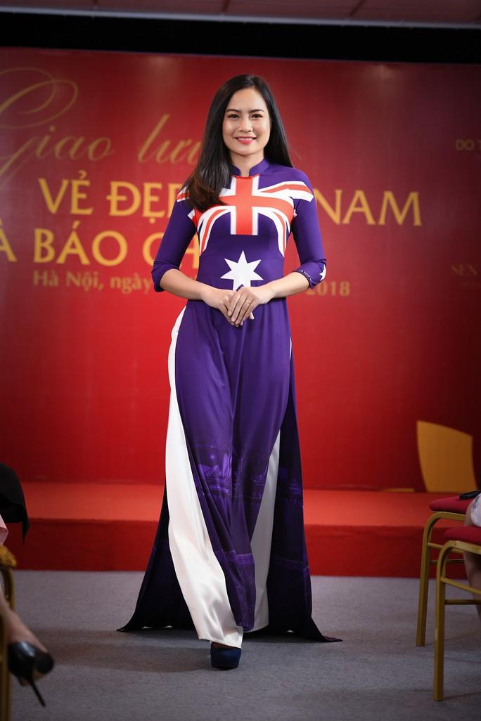 Giới thiệu áo dài Việt Nam in quốc kỳ 42 nước tại LHP Cannes - Ảnh 2.