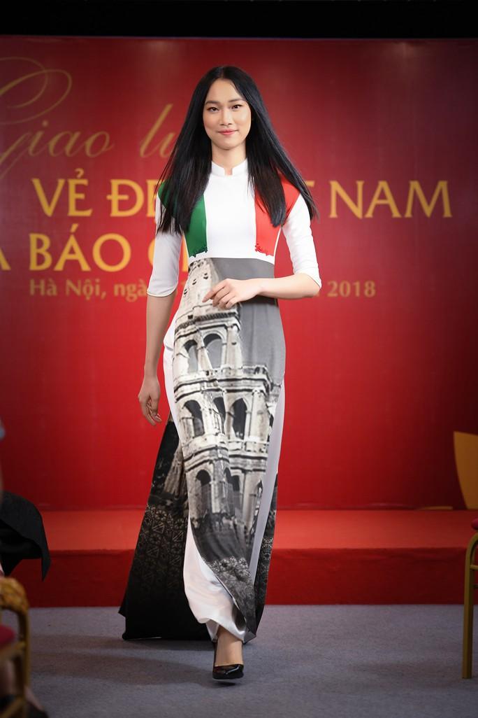 Giới thiệu áo dài Việt Nam in quốc kỳ 42 nước tại LHP Cannes - Ảnh 7.