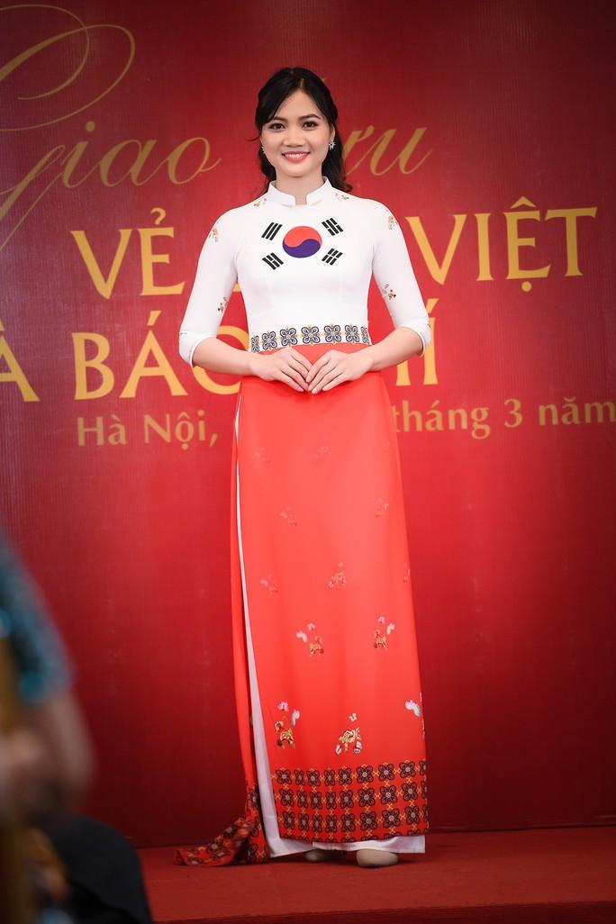 Giới thiệu áo dài Việt Nam in quốc kỳ 42 nước tại LHP Cannes - Ảnh 6.