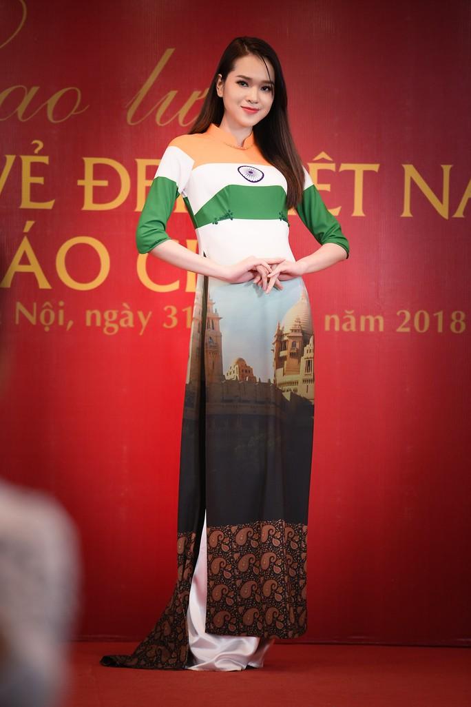 Giới thiệu áo dài Việt Nam in quốc kỳ 42 nước tại LHP Cannes - Ảnh 3.