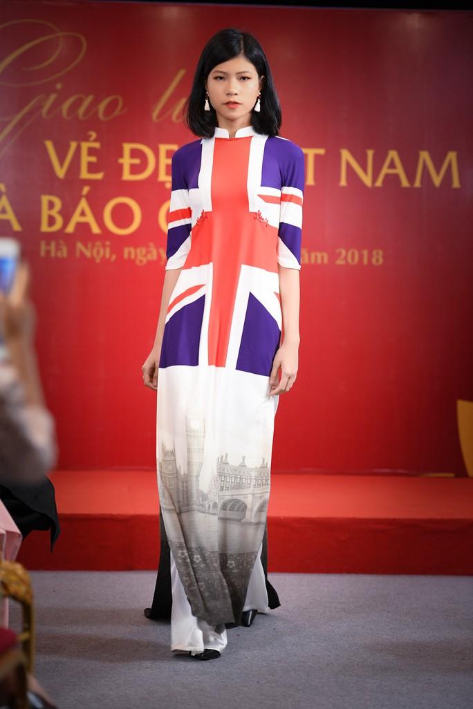 Giới thiệu áo dài Việt Nam in quốc kỳ 42 nước tại LHP Cannes - Ảnh 4.