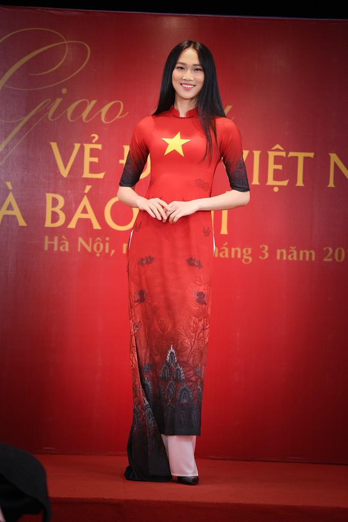 Giới thiệu áo dài Việt Nam in quốc kỳ 42 nước tại LHP Cannes - Ảnh 1.