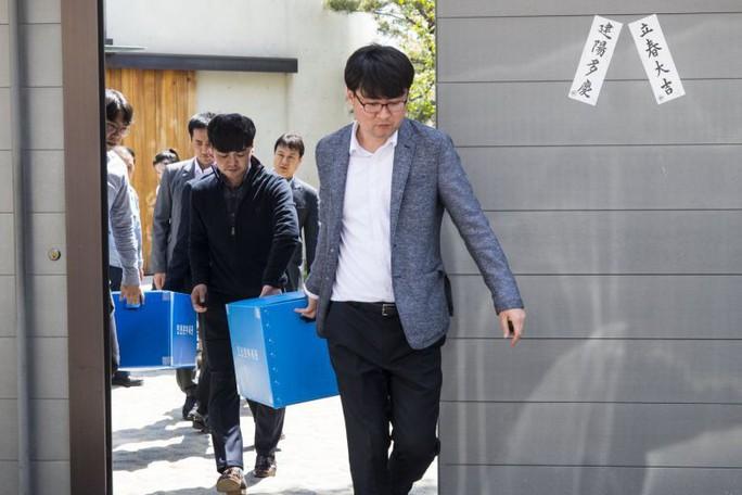 """Con """"sếp"""" Korean Air Lines ném chai nước vào quản lý, trụ sở của cha bị đột kích - Ảnh 1."""