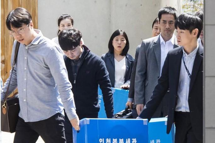 """Con """"sếp"""" Korean Air Lines ném chai nước vào quản lý, trụ sở của cha bị đột kích - Ảnh 2."""