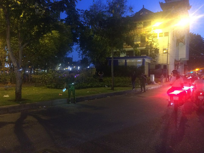 Đang truy xét 2 băng giang hồ hỗn chiến kinh hoàng ở đường Trường Sa - Ảnh 2.