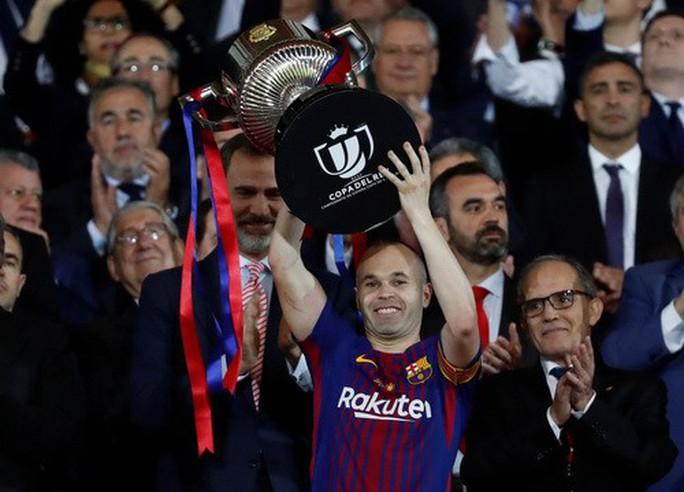 Barcelona diễu hành mừng vô địch, khoe hai cúp tại Catalonia - Ảnh 2.