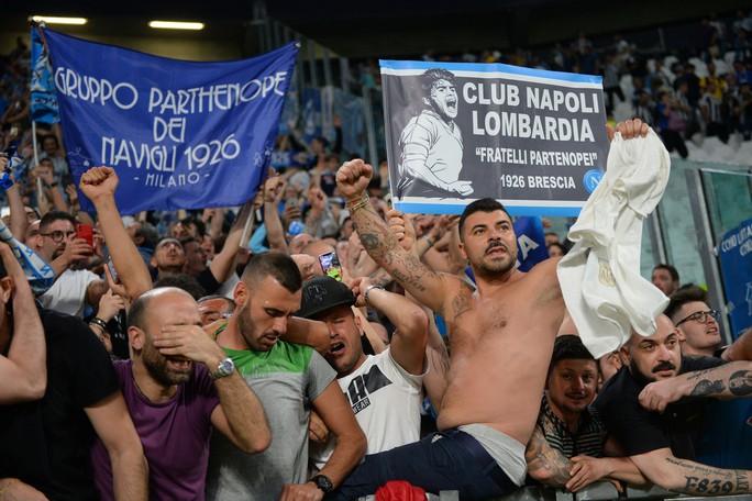 Cổ động viên Napoli bật khóc khi đội nhà hạ Juventus - Ảnh 10.