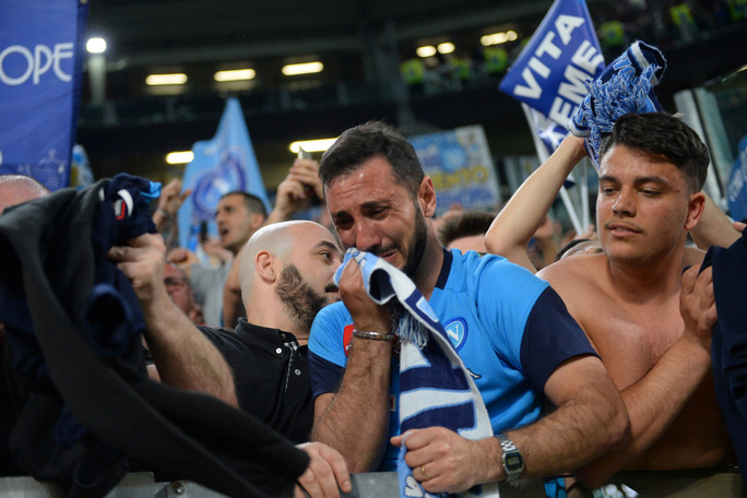 Cổ động viên Napoli bật khóc khi đội nhà hạ Juventus - Ảnh 9.