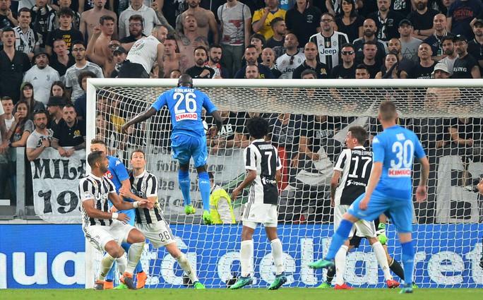 Cổ động viên Napoli bật khóc khi đội nhà hạ Juventus - Ảnh 3.