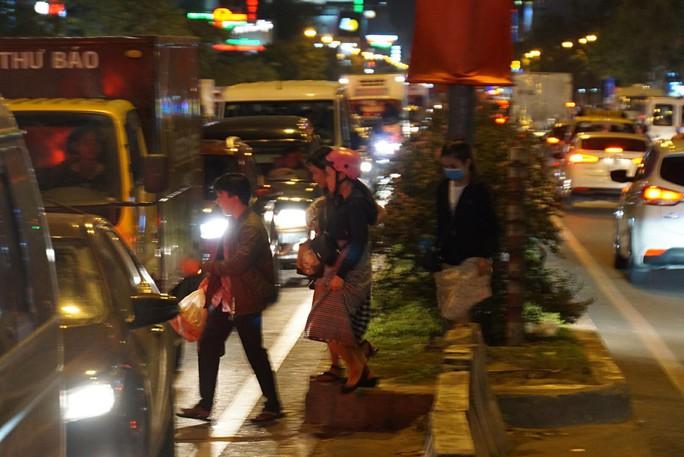 Giao thông cửa ngõ sân bay Tân Sơn Nhất lại hỗn loạn - Ảnh 10.