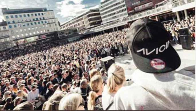 Hàng ngàn người tưởng niệm DJ qua đời tuổi 28 - Ảnh 4.