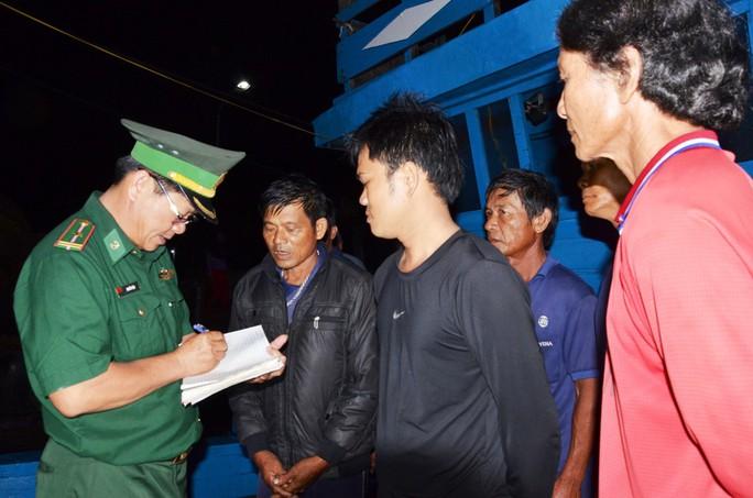 6 ngư dân tàu cá bị tàu Trung Quốc tông chìm về đến đất liền kể gì? - Ảnh 2.