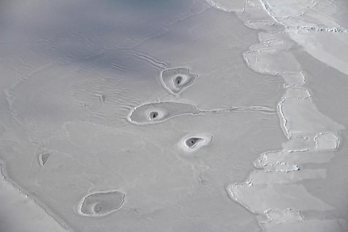 Các lỗ bí ẩn ở Bắc Băng Dương làm NASA bối rối - Ảnh 1.