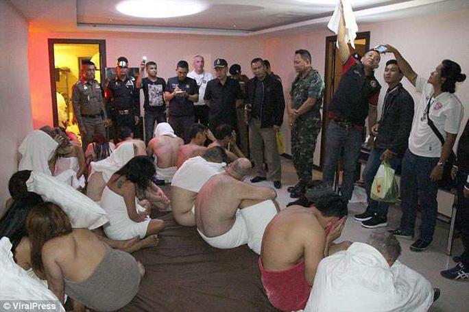 Cảnh sát đột kích tiệc sex, bắt quả tang hàng chục đôi thác loạn - Ảnh 2.