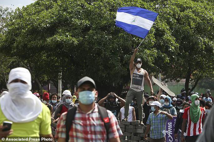 Phóng viên bị bắn chết khi đang livestream biểu tình bạo lực - Ảnh 4.