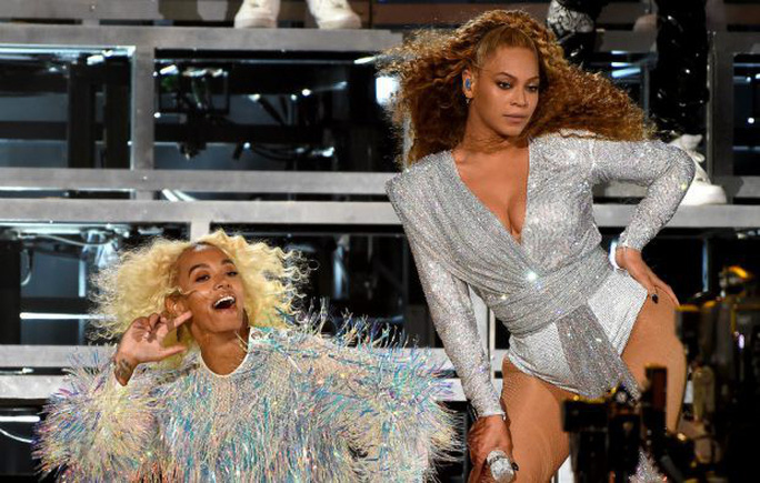 Beyonce và em gái ngã lăn trên sân khấu - Ảnh 1.