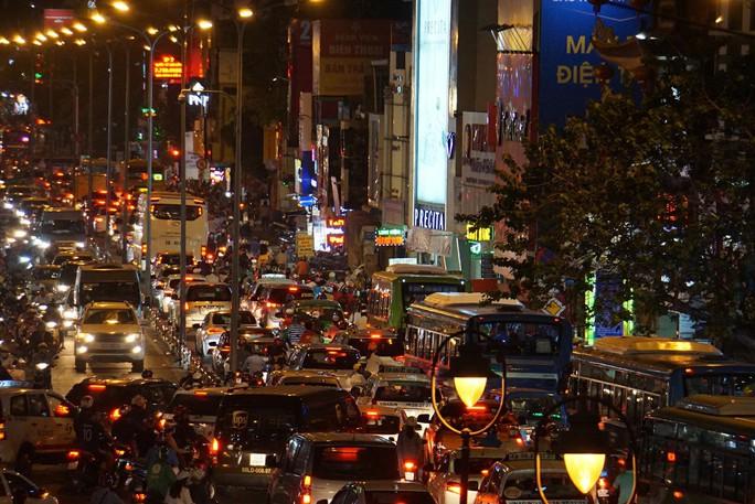 Giao thông cửa ngõ sân bay Tân Sơn Nhất lại hỗn loạn - Ảnh 9.