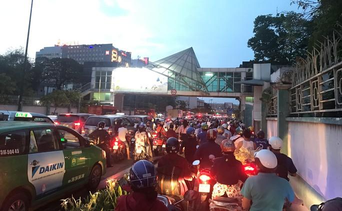 Giao thông cửa ngõ sân bay Tân Sơn Nhất lại hỗn loạn - Ảnh 2.