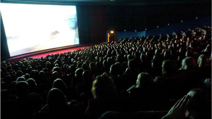 Rạp phim cấm khán giả mặc đồ ngủ vào xem - Ảnh 1.