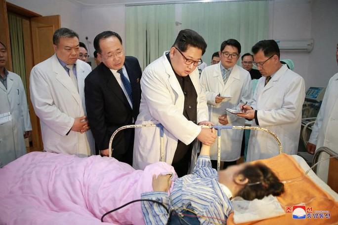 Hành động hiếm thấy của ông Kim Jong-un - Ảnh 1.